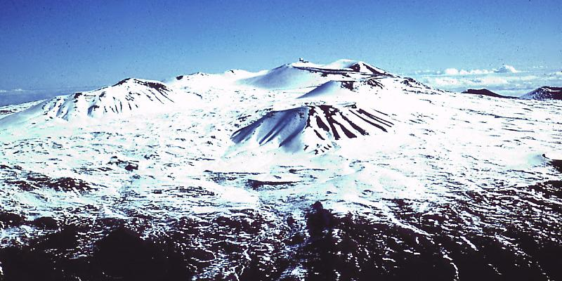 山頂に雪が積もるマウナケア